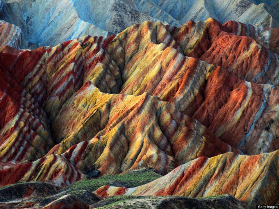 Este espectáculo de colores aleatorios en los estratos se fue formando por los sucesivos depósitos de minerales de diversa pigmentación en las capas rocosas.