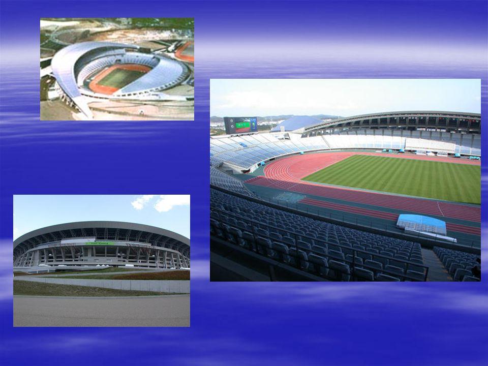 Gran Cisne de Niigata La característica más destacada de este moderno estadio es, sin duda, el techo translúcido de Teflón blanco, que aunque cubre un 90% de los asientos permite la entrada de la luz natural.