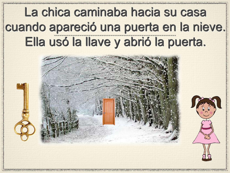 La chica caminaba hacia su casa cuando apareció una puerta en la nieve. Ella usó la llave y abrió la puerta.