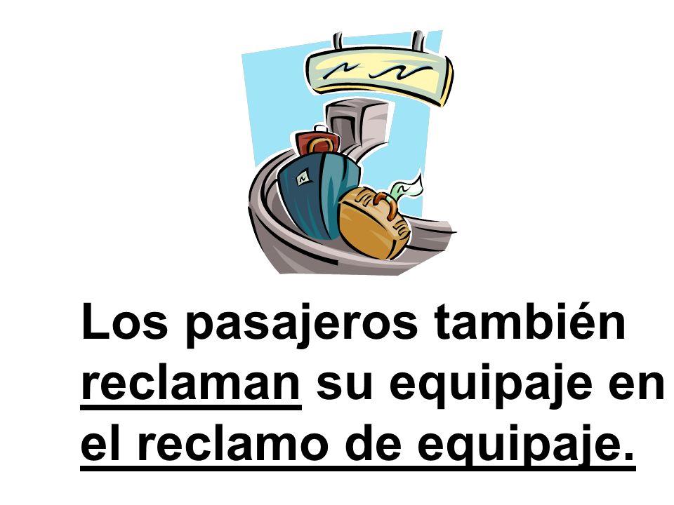 Los pasajeros también reclaman su equipaje en el reclamo de equipaje.