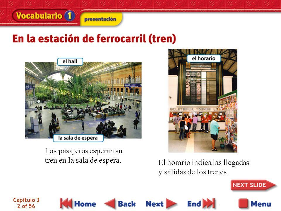 Capítulo 3 2 of 56 Los pasajeros esperan su tren en la sala de espera. El horario indica las llegadas y salidas de los trenes.