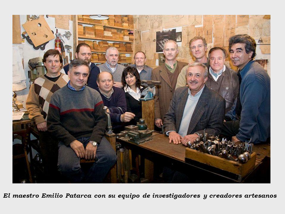 El maestro Emilio Patarca con su equipo de investigadores y creadores artesanos