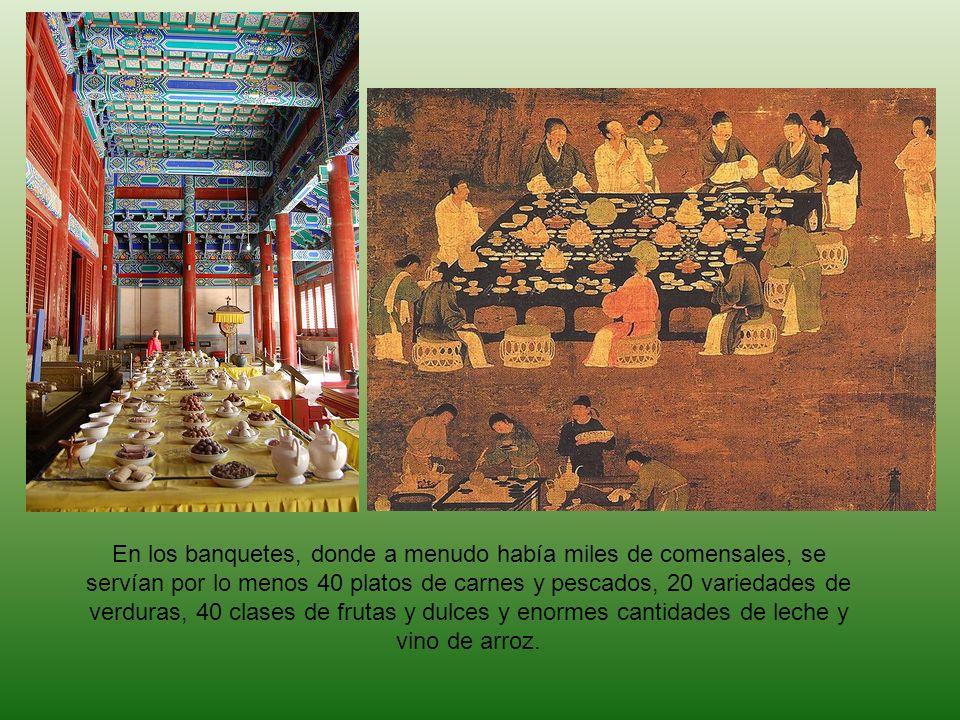 En los banquetes, donde a menudo había miles de comensales, se servían por lo menos 40 platos de carnes y pescados, 20 variedades de verduras, 40 clas