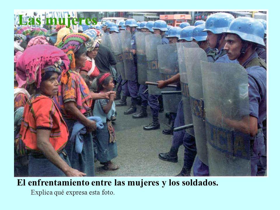 El enfrentamiento entre las mujeres y los soldados. Explica qué expresa esta foto.