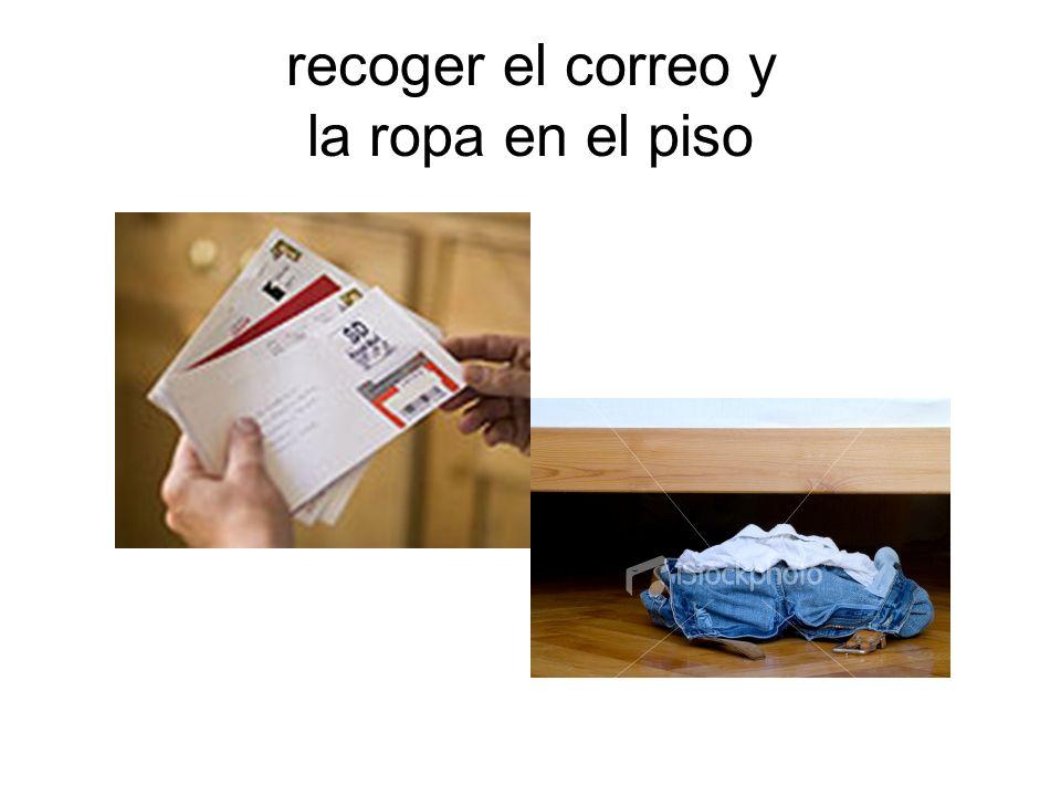 recoger el correo y la ropa en el piso
