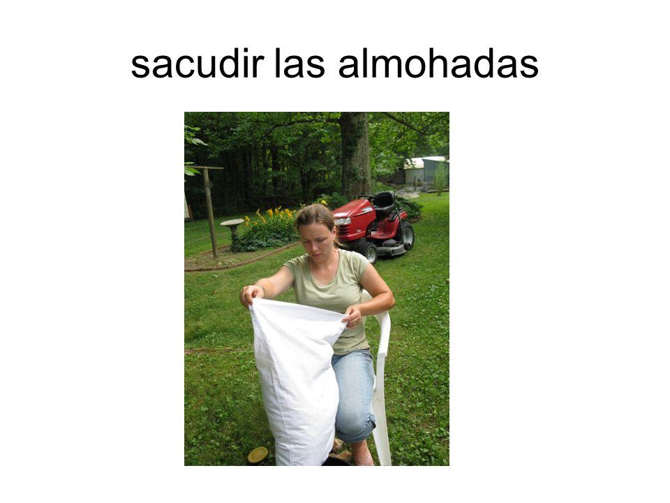 sacudir las almohadas