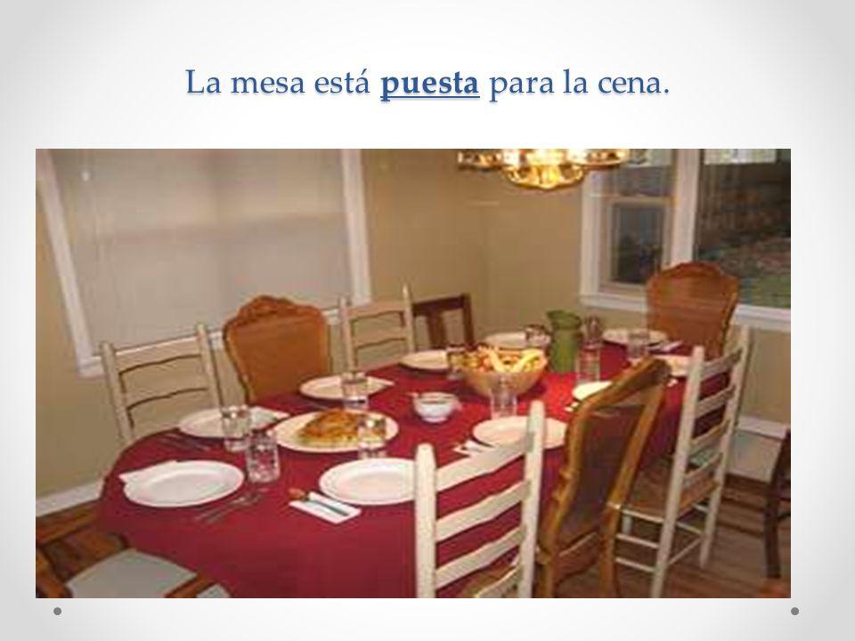 La mesa está puesta para la cena.
