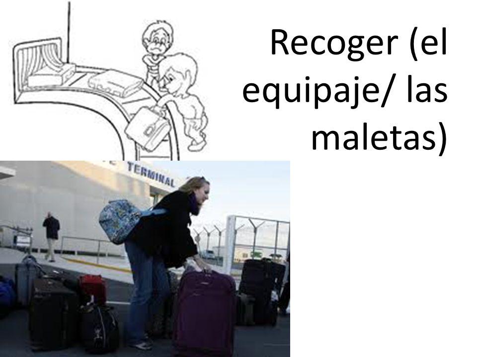Recoger (el equipaje/ las maletas)