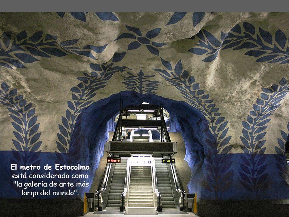 El metro de Estocolmo se compone por 3 grupos y por siete líneas: T10, T11 (Azul), T13, T14, (Rojo), T17, T18 y T19 (Verde)