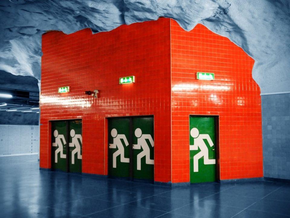 La estación de Solna Centrum , destaca por su techo cavernoso de color rojo chillón que parece pesar sobre el andén.
