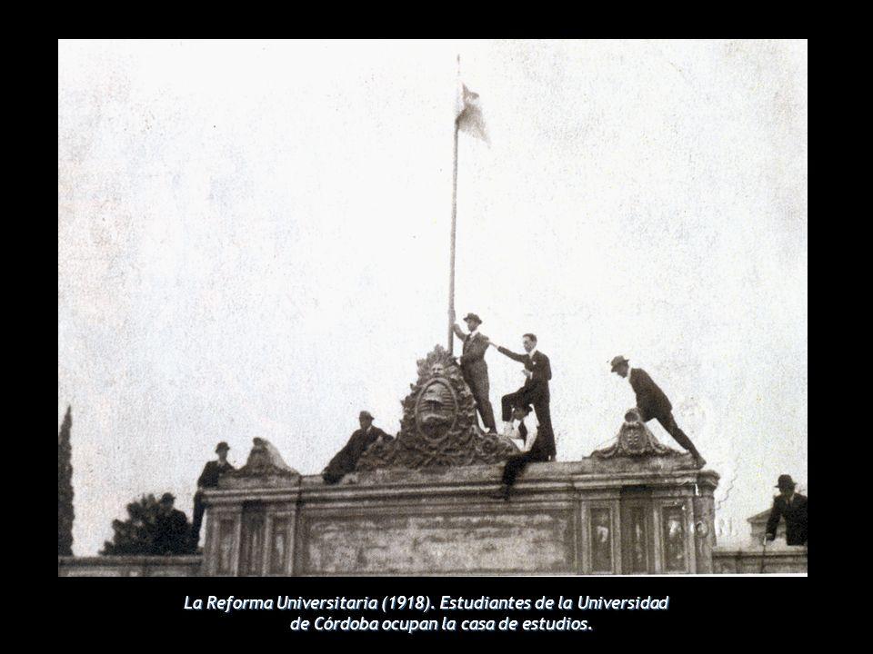 La Reforma Universitaria (1918). Estudiantes de la Universidad de Córdoba ocupan la casa de estudios.