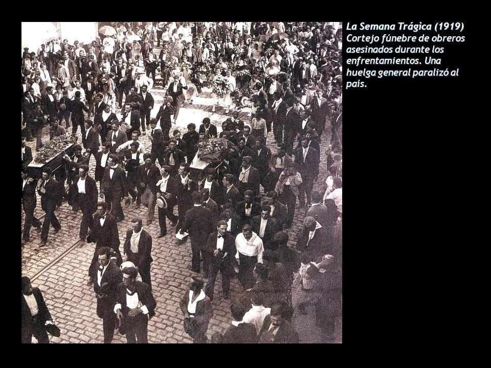 La Semana Trágica (1919) Cortejo fúnebre de obreros asesinados durante los enfrentamientos. Una huelga general paralizó al país.