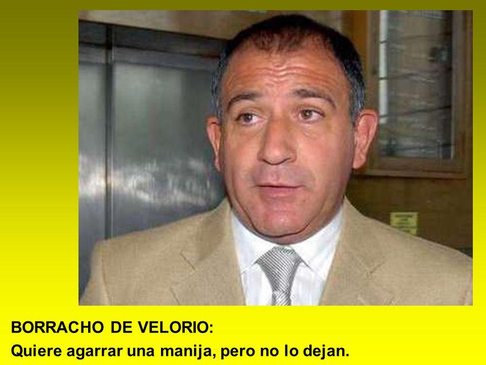 BORRACHO DE VELORIO: Quiere agarrar una manija, pero no lo dejan.