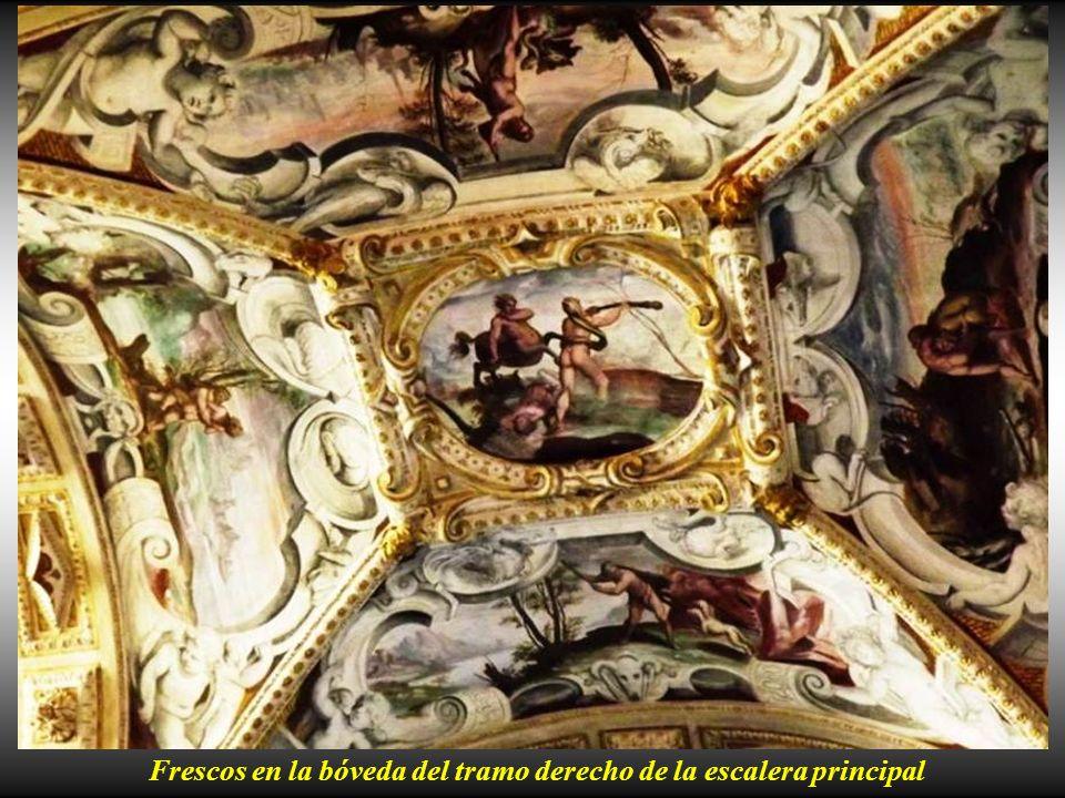 Tramo derecho de la escalera principal con la estatua de D. Alvaro representado como dios Marte. Tramo izquierdo de la escalera principal con la estat