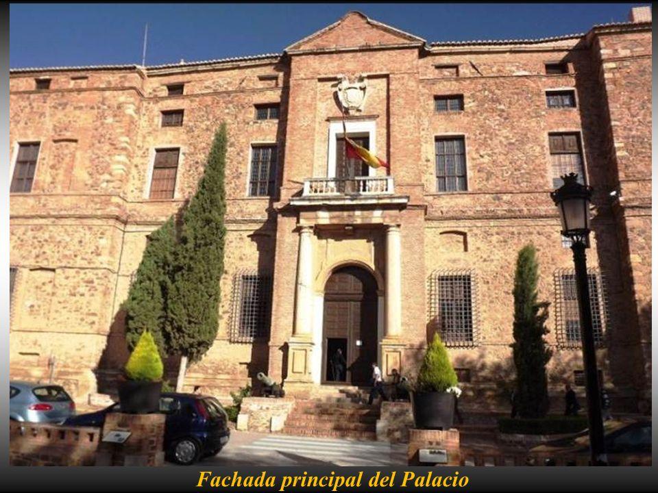 Estatua de D. Alvaro de Bazán en el parque frente a la entrada del palacio La singularidad se da en su interior con la profusión de 8000 m2 de pintura