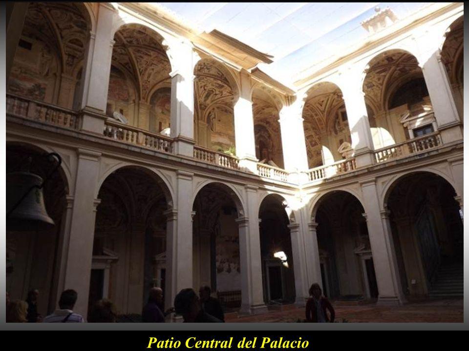 Zaguán de entrada al palacio. Pertenece a los Marqueses de Santa Cruz y desde 1948 lo alquilan a la Marina Española por un billete antiguo de una pese