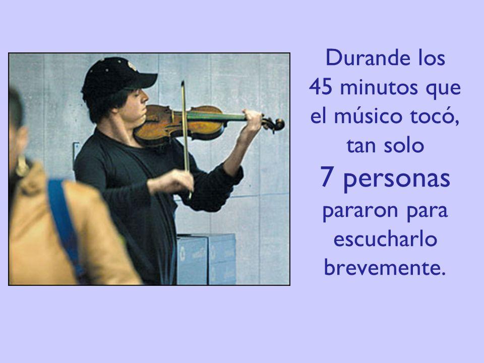 Durande los 45 minutos que el músico tocó, tan solo 7 personas pararon para escucharlo brevemente.