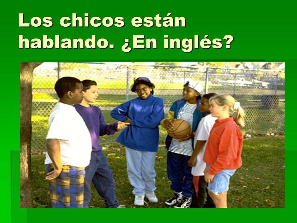 Los chicos están hablando. ¿En inglés?