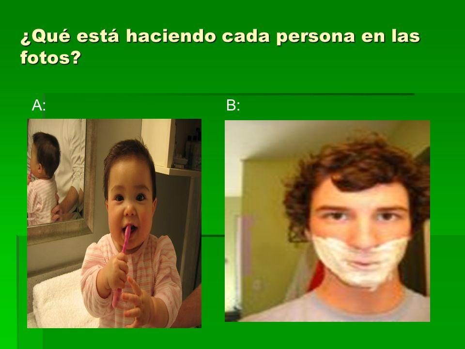 A: La niña está cepillándose los dientes OR La niña se está cepillando los dientes.