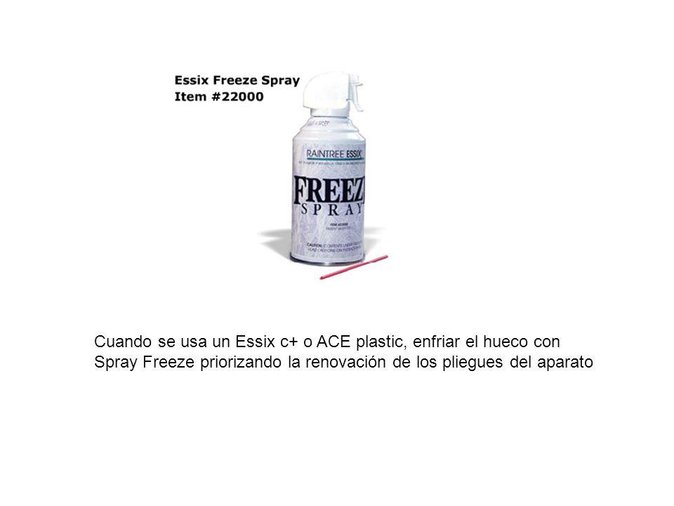 Cuando se usa un Essix c+ o ACE plastic, enfriar el hueco con Spray Freeze priorizando la renovación de los pliegues del aparato