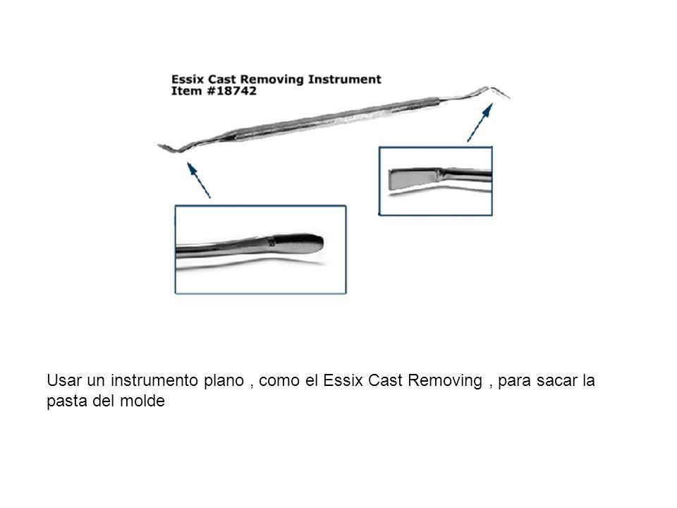 Usar un instrumento plano, como el Essix Cast Removing, para sacar la pasta del molde