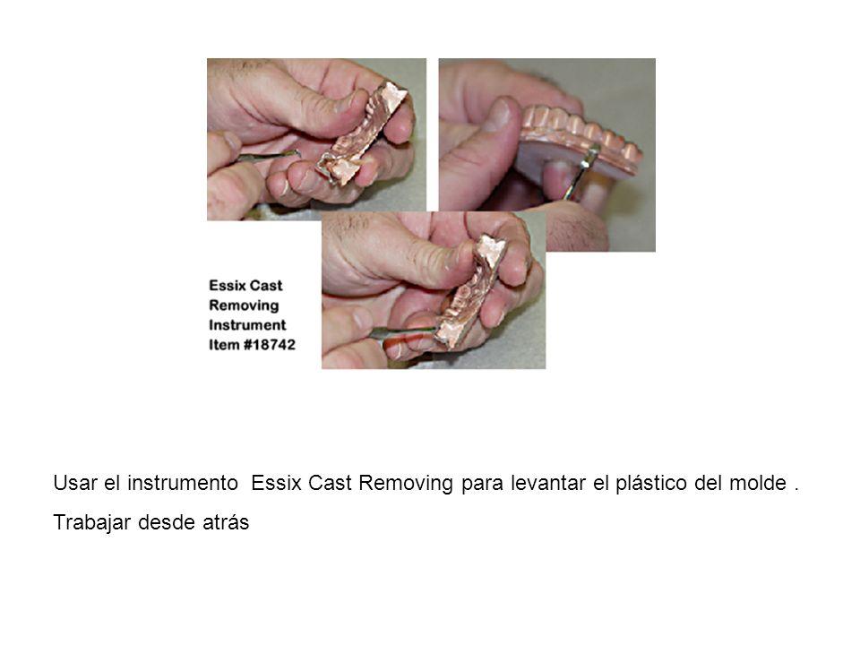 Usar el instrumento Essix Cast Removing para levantar el plástico del molde. Trabajar desde atrás