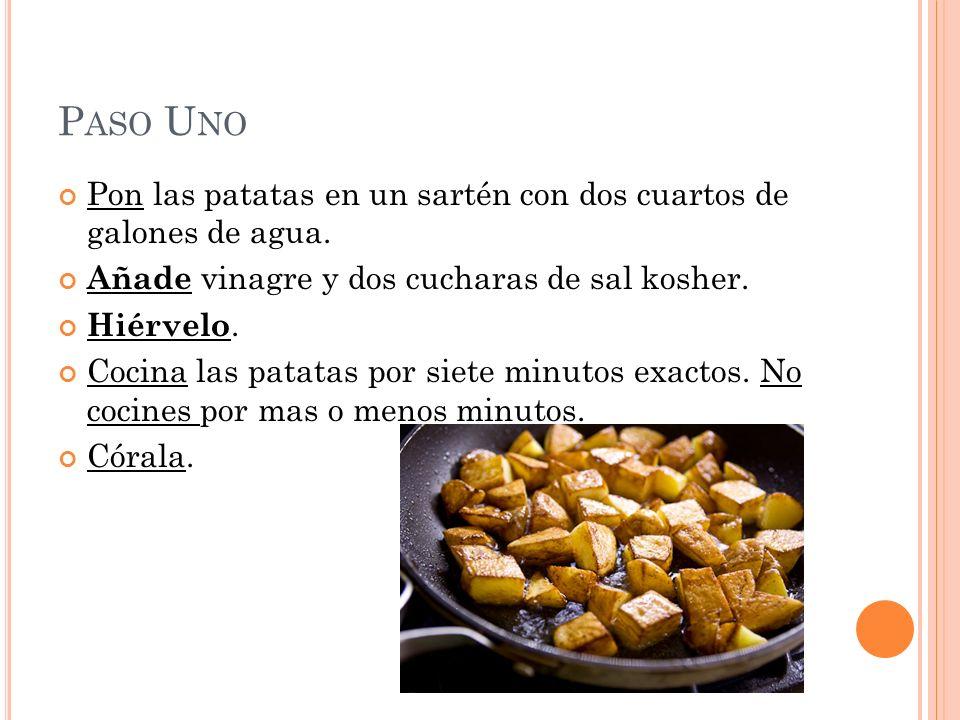 P ASO U NO Pon las patatas en un sartén con dos cuartos de galones de agua. Añade vinagre y dos cucharas de sal kosher. Hiérvelo. Cocina las patatas p