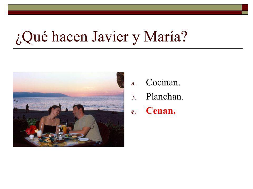 ¿Qué hacen Javier y María? a. Cocinan. b. Planchan. c. Cenan.