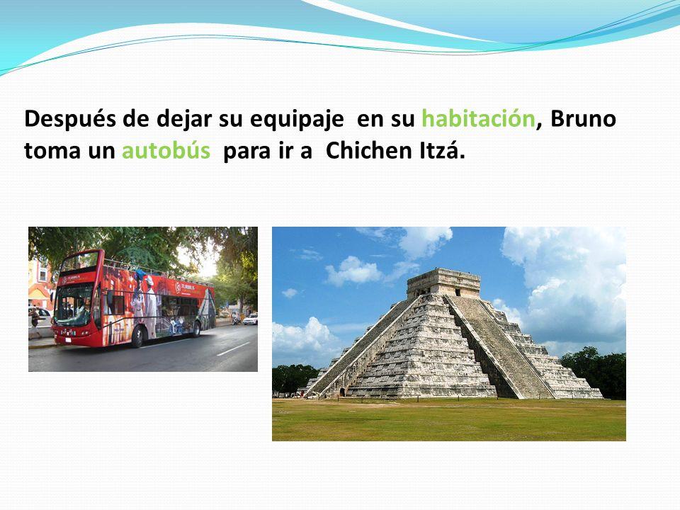 Después de dejar su equipaje en su habitación, Bruno toma un autobús para ir a Chichen Itzá.