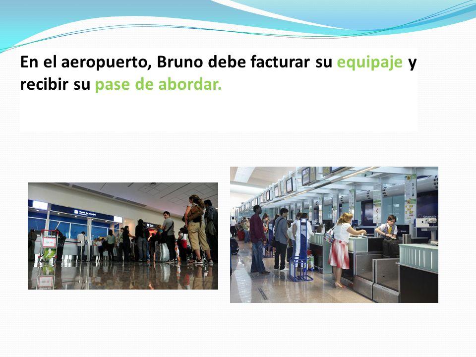 En el aeropuerto, Bruno debe facturar su equipaje y recibir su pase de abordar.