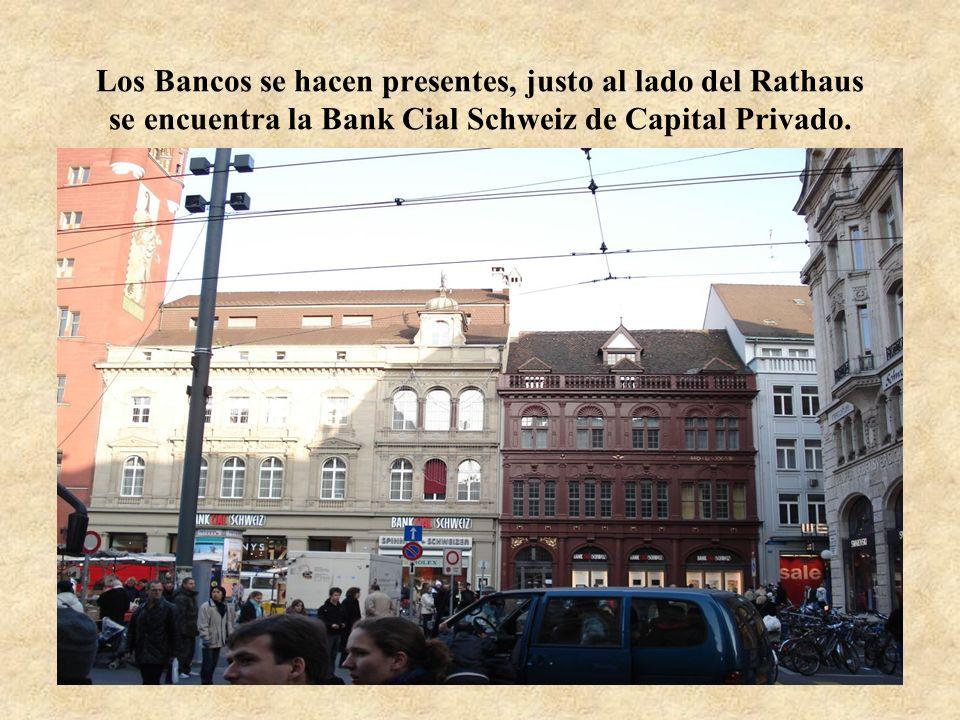 Los Bancos se hacen presentes, justo al lado del Rathaus se encuentra la Bank Cial Schweiz de Capital Privado.