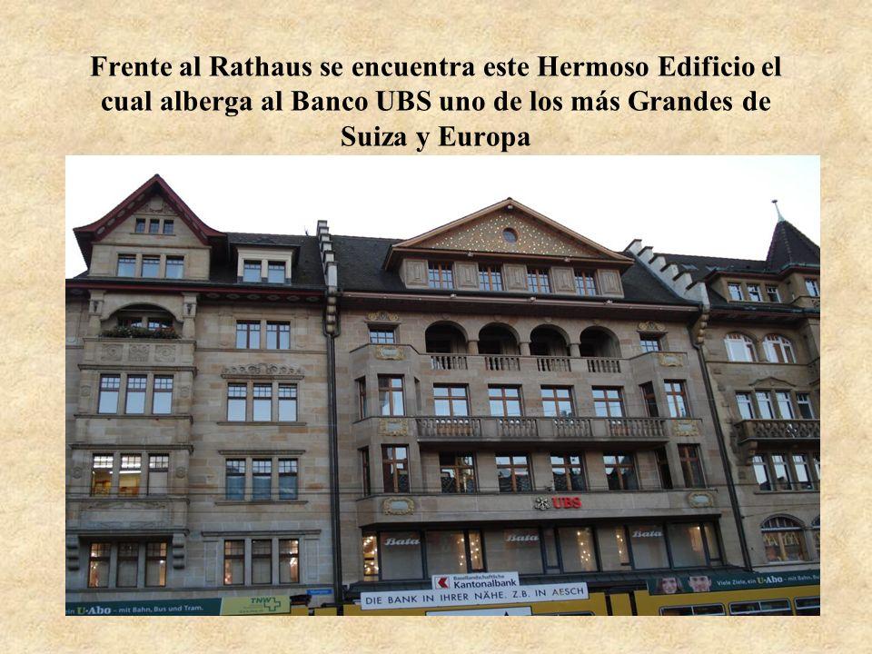 Frente al Rathaus se encuentra este Hermoso Edificio el cual alberga al Banco UBS uno de los más Grandes de Suiza y Europa
