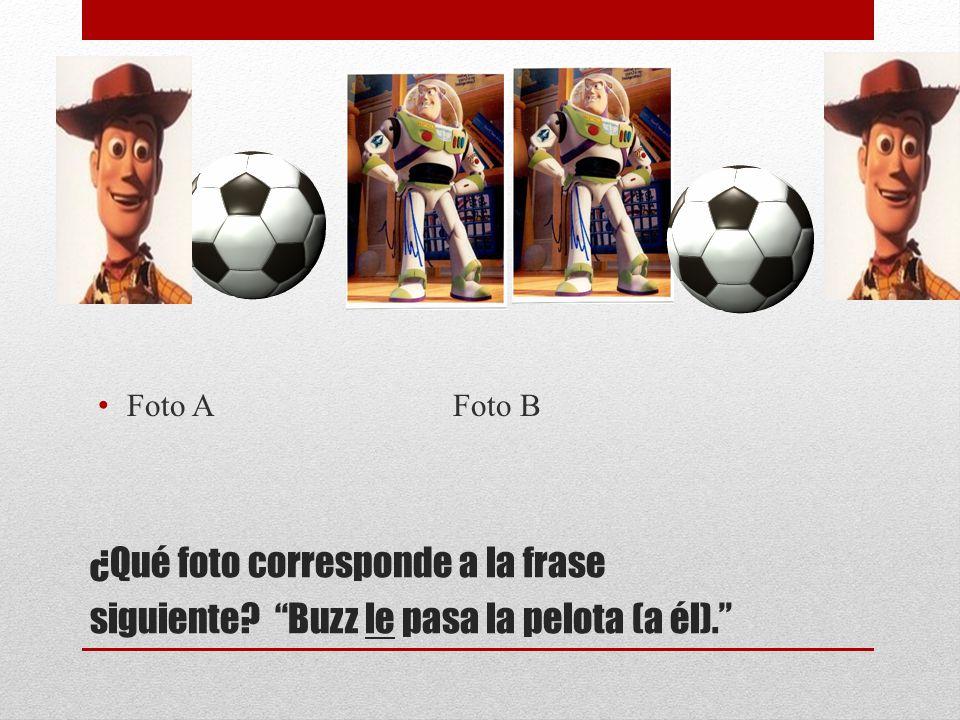 ¿Qué foto corresponde a la frase siguiente? Buzz le pasa la pelota (a él). Foto A Foto B