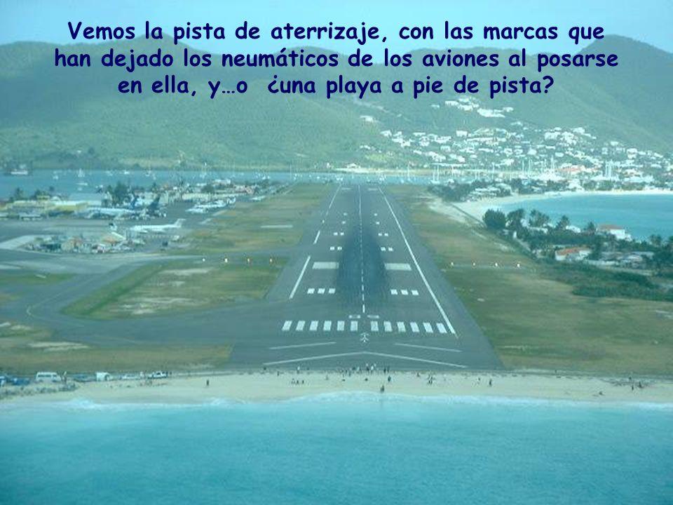Vemos la pista de aterrizaje, con las marcas que han dejado los neumáticos de los aviones al posarse en ella, y…o ¿una playa a pie de pista?
