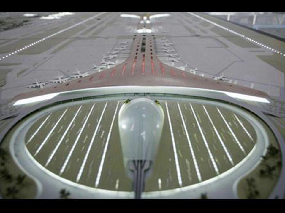 16 tonos de rojo en el techo, aseguran una ligera separación entre las zonas del aeropuerto.