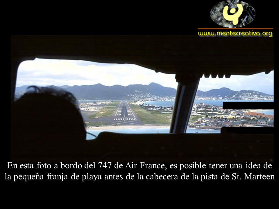 En esta foto a bordo del 747 de Air France, es posible tener una idea de la pequeña franja de playa antes de la cabecera de la pista de St. Marteen
