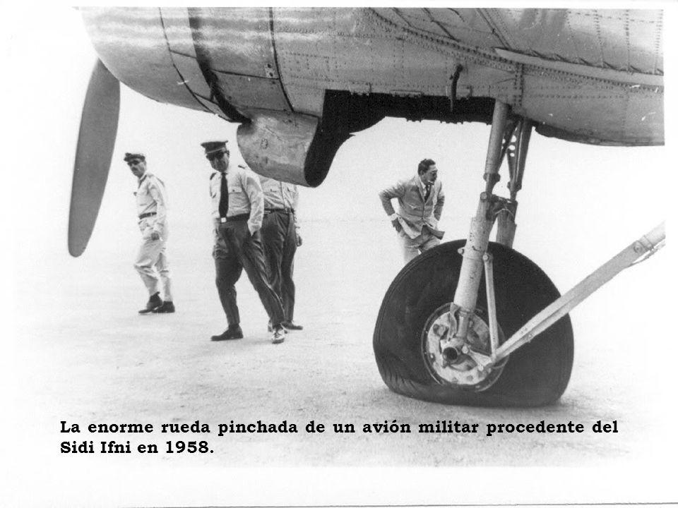 Pista de aterrizaje con aviones y avionetas. Embarque en un avión de AVIACO. Año 1961