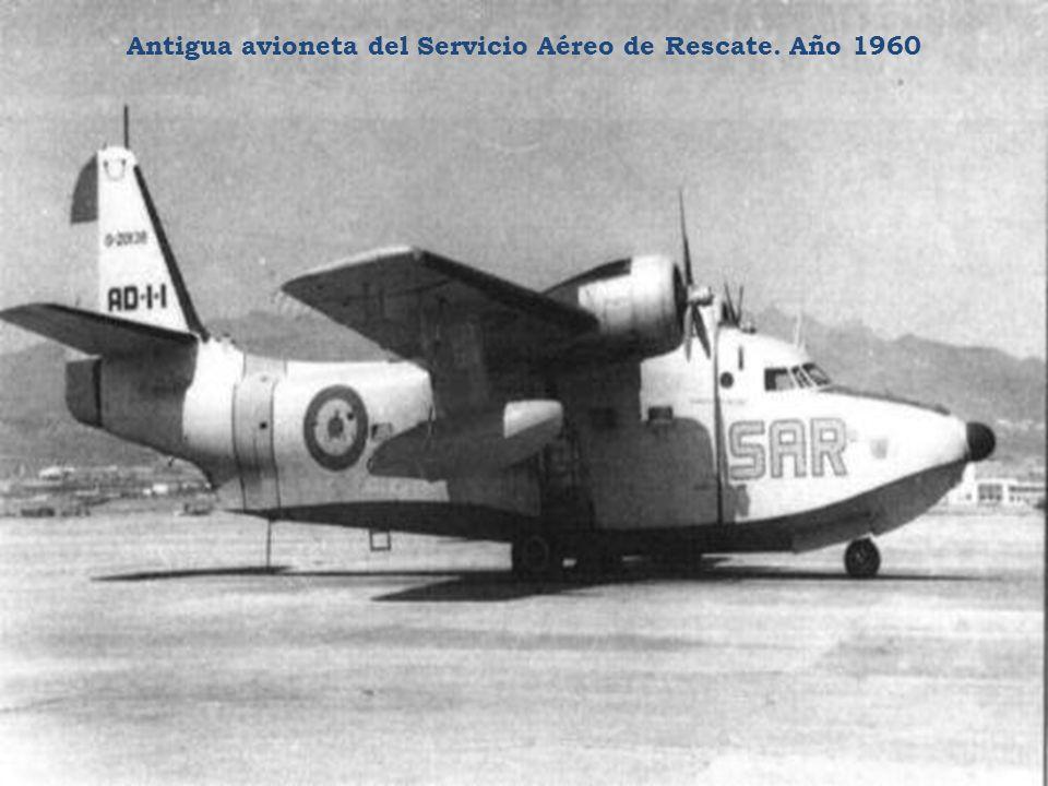 La enorme rueda pinchada de un avión militar procedente del Sidi Ifni en 1958.