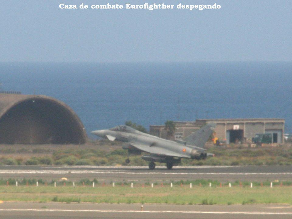 Aviones de la Base Aérea F-18 en pleno despegue