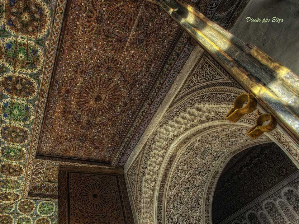 La Mezquita de La Koutoubia (o de los libreros) Se inició en 1141 por el califa almohade Abd al Mu-min y debe su nombre al zoco de los libreros que instalaban sus puestos junto a sus puertas.