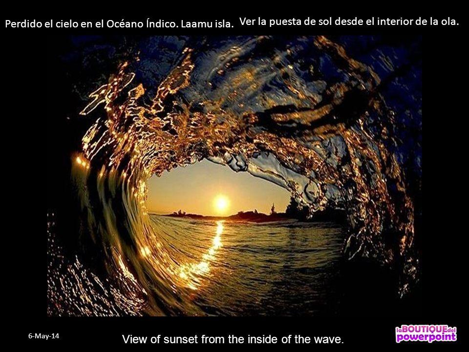 Perdido el cielo en el Océano Índico.Laamu isla. Ver la puesta de sol desde el interior de la ola.