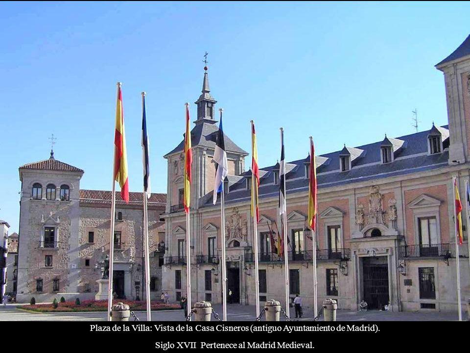 Plaza de España: Estatua de Cervantes, con los edificios Torre de Madrid (Izq) 142 m.