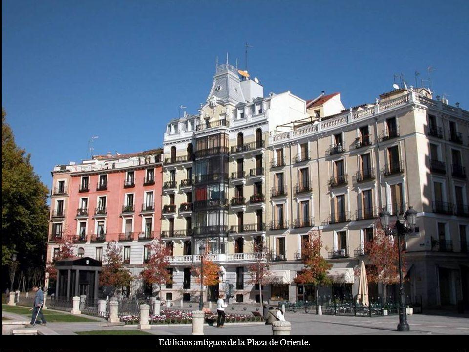 Palacio Real de Madrid y estatua ecuestre de Felipe IV siglo XVIII (primera estatua ecuestre del mundo sujetada por solo dos patas).