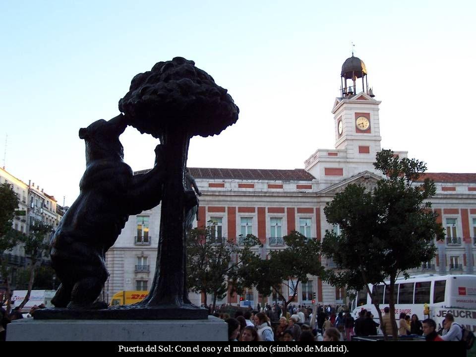 Plaza de Cibeles: Fuente de Cibeles, al fondo el Palacio de Linares o Casa de América.