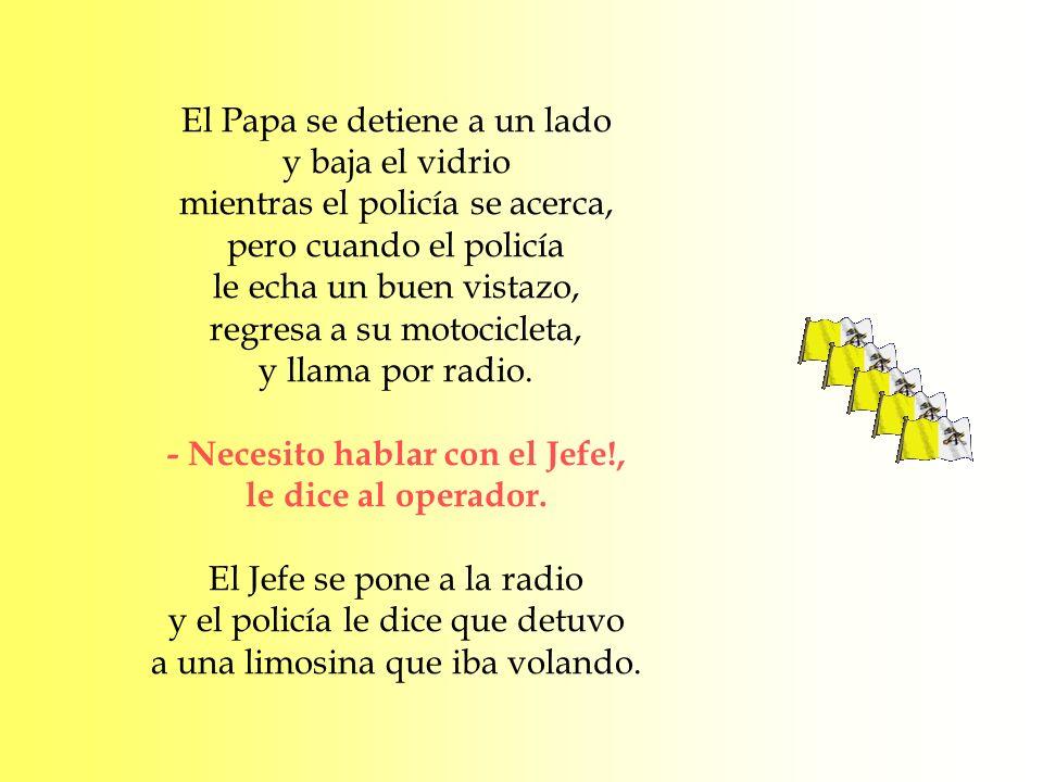 El Papa se detiene a un lado y baja el vidrio mientras el policía se acerca, pero cuando el policía le echa un buen vistazo, regresa a su motocicleta,