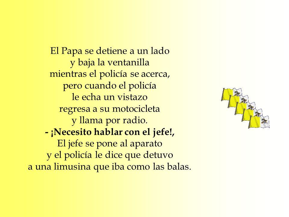 El Papa se detiene a un lado y baja la ventanilla mientras el policía se acerca, pero cuando el policía le echa un vistazo regresa a su motocicleta y