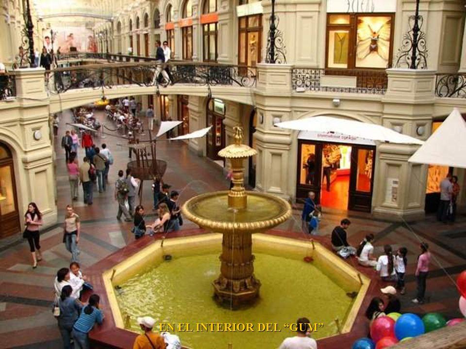 EL GUM (GOSUDARSTVENNY UNIVERSALNY MAGAZIN) ALMACENES DEL ESTADO EN LA PLAZA ROJA DE MOSCU