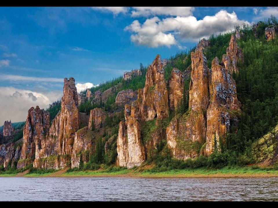 En Ulus Khangalassky (región) de Yakutia, en el Extremo Oriente ruso, y situado a tan sólo 300 Km del círculo polar ártico, la Siberia más dura y fría esconde en un paraje remoto una formación rocosa de abrumadora belleza que el río Lena ha ido esculpiendo a lo largo de miles de años hasta conformar un paisaje único que deja boquiabiertos a los osados visitantes que se atreven a acercarse: El bosque pétreo de Lena (o los pilares de Lena)