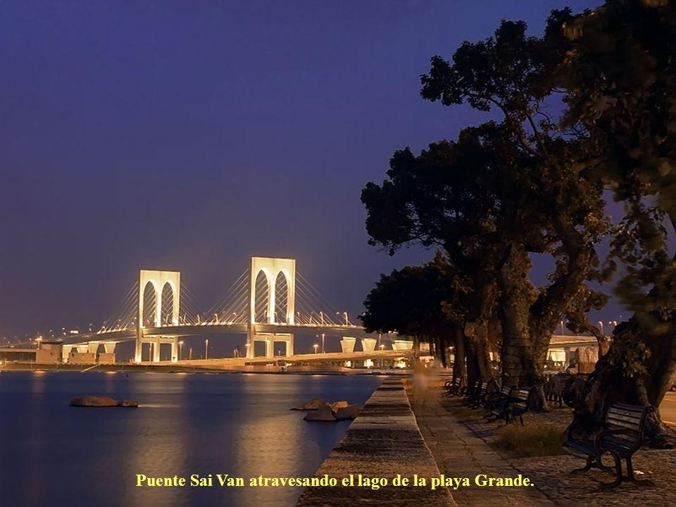 Puente Sai Van atravesando el lago de la playa Grande.