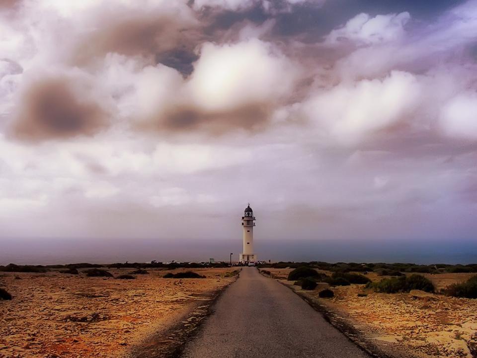 Faro Cap de Barbaria Es costumbre hacer montoncitos con las piedras y pedir un deseo